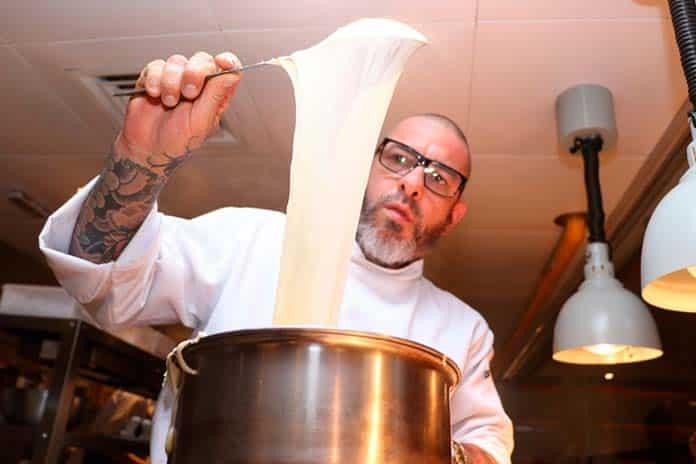 Henrique Fogaça cozinhando